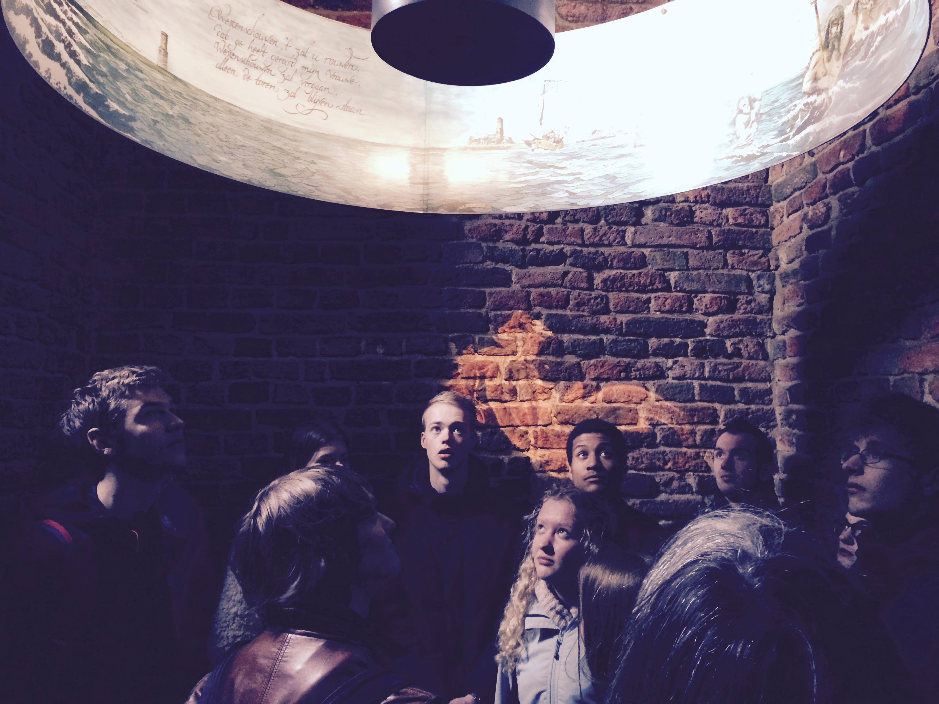 Studenten doen inspiratie op in de Plompetoren tijdens het Brak Bezoek
