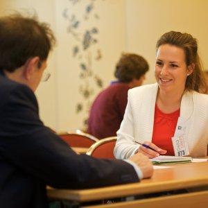 Student in gesprek met expert